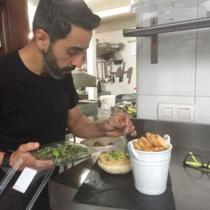 Diego Monge, trabajando en su cocina